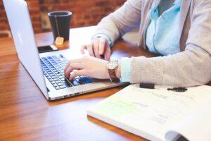 werken aan laptop